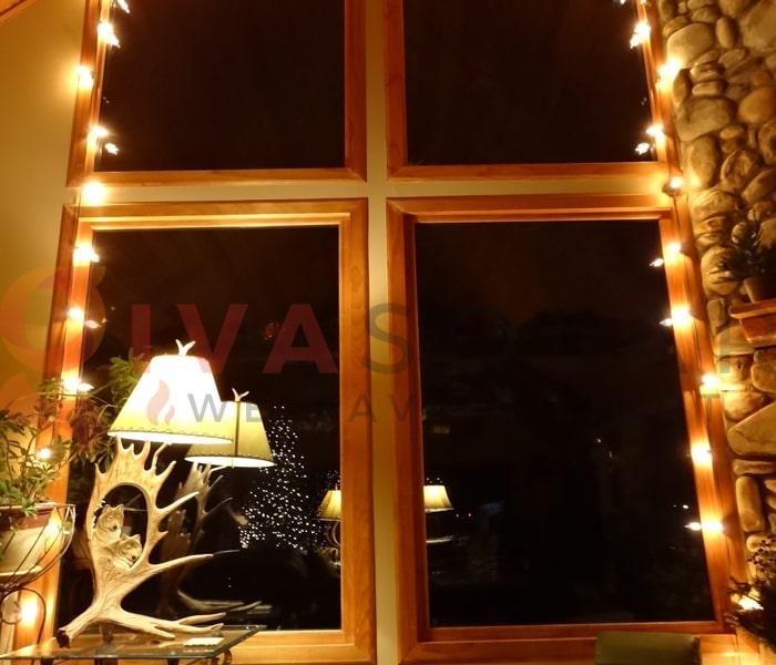 Hướng dẫn treo đèn trang trí Noel xung quanh cửa sổ 10