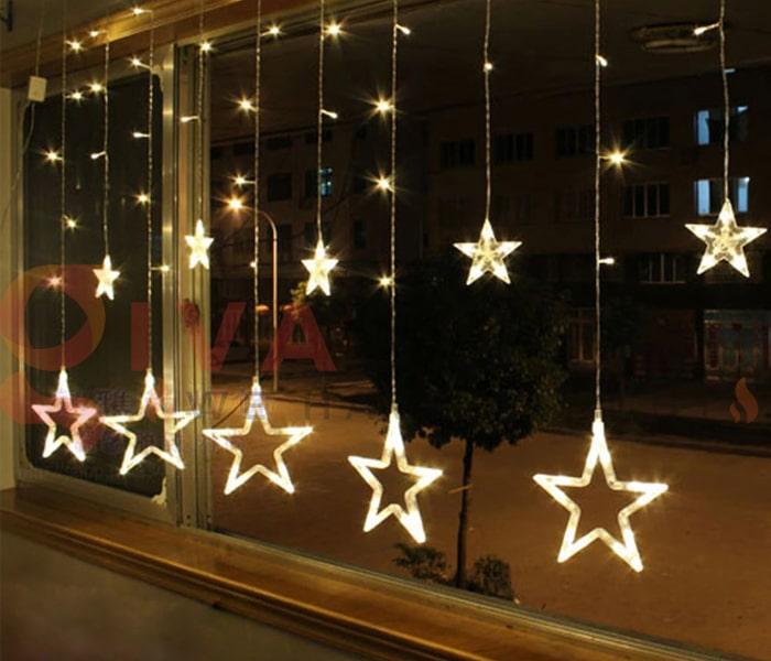 Hướng dẫn treo đèn trang trí Noel xung quanh cửa sổ 11