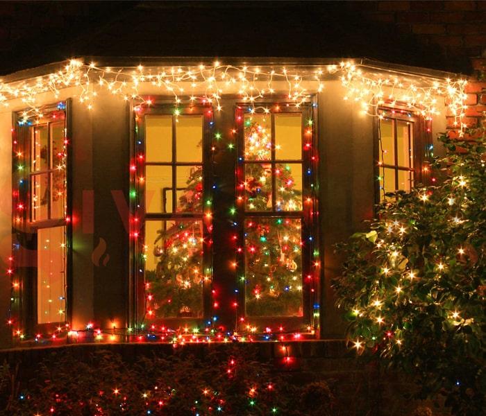 Hướng dẫn treo đèn trang trí Noel xung quanh cửa sổ 13