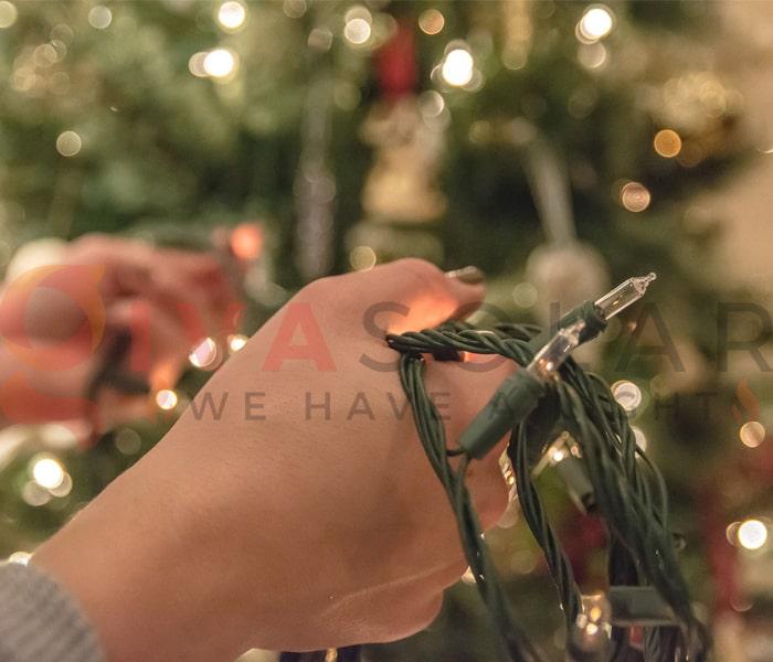 Hướng dẫn treo đèn trang trí Noel xung quanh cửa sổ 14