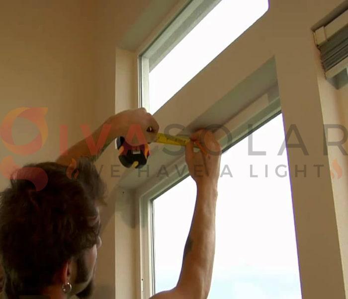 Hướng dẫn treo đèn trang trí Noel xung quanh cửa sổ 8