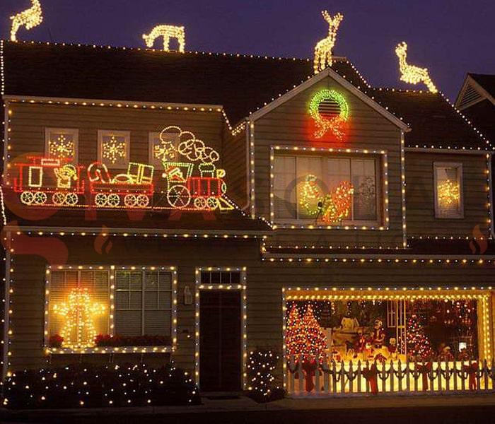Hướng dẫn treo đèn trang trí Noel xung quanh cửa sổ 9