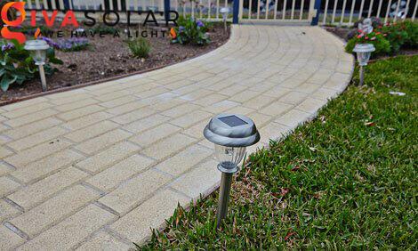 lắp đặt đèn cắm đất sân vườn năng lượng mặt trời 4