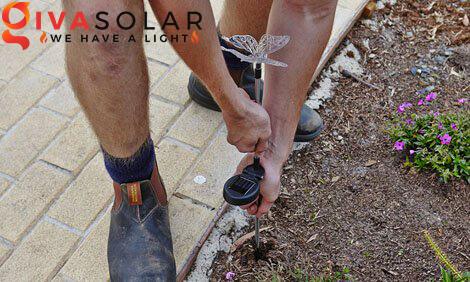 lắp đặt đèn cắm đất sân vườn năng lượng mặt trời 8