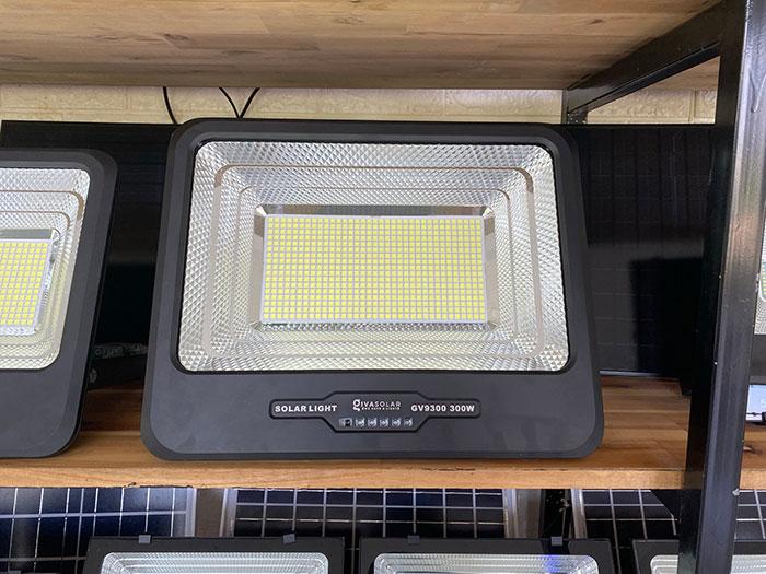 Đèn pha led chạy điện mặt trời công suất lớn 300W GV9300 4